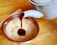 最後に、特製とんかつソースを入れ、お箸でかき混ぜ、直接かけるか、食べる都度つけてお召し上がり下さい。