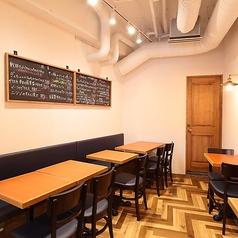 店内は2名様テーブルと4名様テーブルのご用意がございます。人数に応じてお席の移動ができますので、人数などお気軽にお問合せください♪
