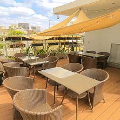 開放感あふれるテラス席は入り口と屋上にございます。テラス席は喫煙も可能です。