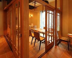 パーテーションで仕切れる4名様~10名様向けテーブル席個室。接待や会食、女子会などにもご利用いただけます。