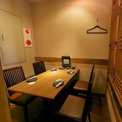 4名様までご利用できるテーブル個室。デート/記念日/誕生日など様々なシーンで