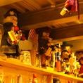 あたたかさのある店内を彩るたくさんの人形たち。その足元の棚はスタッフの手作り!移転前の店舗で使用していたテーブルなどの木材を使用し、歴史を今に繋げています。