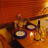 【誕生日・記念日に】2人のテーブル席もご用意。窓際で夜景の見える席になっております。バリの田舎をモチーフにした店内で至福のひと時をお過ごしください♪