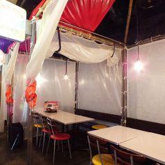テントのような半個室。壁際はベンチシートになっています。