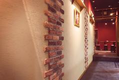 壁面。コルクがお店の雰囲気にスパイスを加えています。