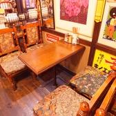 2~4人で使いやすいテーブル席!壁に掛けてあるたくさんの時計にも注目!