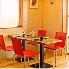 1階席。陶芸品コーナー隣、4名様テーブル席。。
