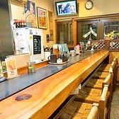 調理風景が見られるカウンター席はおひとり様にも人気。