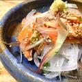 料理メニュー写真炙りトロサーモンと香味野菜のサラダ