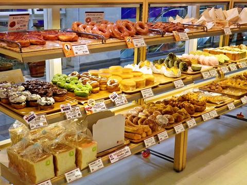 朝食やランチにぴったりのお惣菜パンが種類豊富。居心地のよい落ち着いた店内。