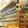 なんといっても当店いちばんの目玉は国内有数のタップ数を誇るビールサーバー!徹底した品質管理と注ぎ手のこだわりが、お客様に最高の一杯をお届けします。