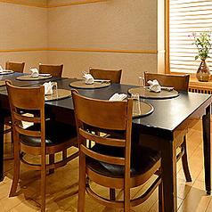 靴を脱がずにゆったりとくつろげるテーブル個室席をご用意しております。落ち着いた雰囲気の個室はご家族や友人との会食など幅広くご利用いただけるお席です。シーンに応じてご用意させて頂きますのでお気軽にご相談ください。