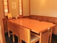 人気店ならでは。混んでいる時はお互い様の合席用テーブル