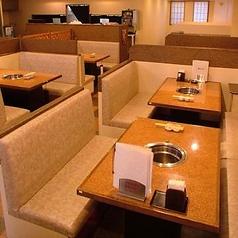 ゆったりくつろげるソファ席と大きなテーブルは、宴会にぴったり!