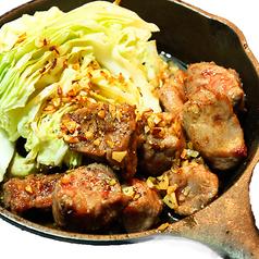 料理メニュー写真【豚あご肉とキャベツのガーリックソテー】