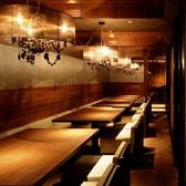 最大20名様シャンデリア半個室席。通常は4名様掛けが4部屋仕様です。ゆったりとくつろげるソファも人気の秘訣です。