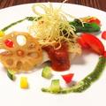 料理メニュー写真本日のお魚のポワレ トマトとバジルの二色ソース 彩り野菜添え