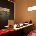 【少人数で利用可能なくつろげるお部屋】壁には栗山町 小林酒造「地酒蔵」の写真。こだわりの地酒と北海道ならではのお料理たちは、観光に来られた方への「おもてなし」など、特別なシーンにも喜ばれる心強いお店です!是非、札幌駅で新鮮な海鮮が楽しめる居酒屋をお探しでしたら、北海道海鮮にほんいち 地酒蔵店へ。