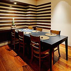優しい照明のテーブル個室席もご用意しております。ランチはママ会や女子会などに、ディナーにはカップルやデートにも使える人気のお席です。特別な日にご利用いただける個室は数に限りがあるのでお気軽にご相談ください。