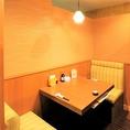 【デート向き個室】落ち着いた雰囲気の空間でお食事をお楽しみいただける、2名席の半個室でございます。テーブル席タイプで壁・扉ありの完全個室となっておりますので、デートのディナーにピッタリのお席です。