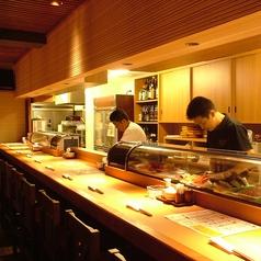 寿司職人の熱気伝わるカウンター席。