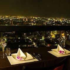 うわッ!と息を飲む絶景。きらきらと光る新潟の夜景を一望できる特別席もございます。デートや記念日など大切な日のご利用にどうぞ。もちろんランチ・ディナーにご利用できるコースもご用意しております。
