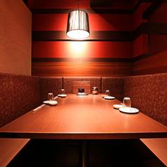 【VIPソファーシート個室】6名~最大8名様。大切な方との特別なひと時を過ごすのにピッタリなVIPソファーシート席をご用意しております。個室で周りを気にすることなくお過ごしいただけます!落ち着いた店内で美味しいお食事とお酒をお楽しみください。