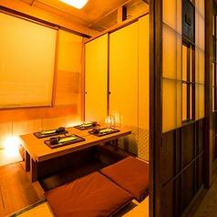 カップルシートでプライベートなひと時を。店内の間接照明が色鮮やかに照らし出す人気のお席です。間接照明が印象的な和の情緒溢れるプライベート個室も完備しております。