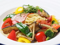 料理メニュー写真ベーコンと国産野菜の菜園(パスタ(宗田かつおの出汁醤油)