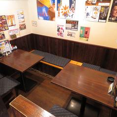 【テーブル:4名席(5卓)】お一人様・常連様・カップルにおススメのお席です。古民家風の壁と様々なポスターが昔ながらの懐かしいTHE居酒屋の雰囲気です。宴会・一次会・二次会・忘年会・同窓会・歓送迎会などにどうぞ♪2階のお席です。