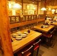 【4名様テーブル席】店内は木造りの温かみがある、どこか懐かしい雰囲気♪友人同士の飲み会や女子会・合コンなど、宮崎名物の地鶏料理を味わいながらの「飲みニケーション」をどうぞ♪賑やかな空間がさらにお席を盛り上げてくれます♪じとっこ 栄テレビ塔店で楽しい時間をお過ごしください。