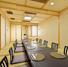 ゆったりと足を伸ばしてくつろげる広々としたお座席がございます。日本情緒あふれるお座席で会食やお酒をごゆっくりお楽しみいただけます。会社のご宴会・ご接待・ご法要など様々なシーンに応じてご用意させて頂きますのでお気軽にご相談ください。