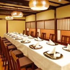 小上がり個室【椅子席】和と洋の融合が心地よい、シックなフローリングの椅子席個室です。ご宴会・ご会合・ご法要に最適な空間です。最大20名様までご利用可能です