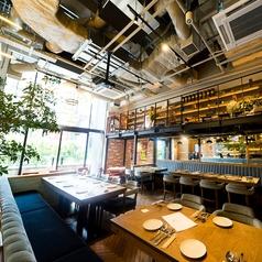 ランチタイムは、明るい光が差し込む店内。お仕事の合間のお食事、デート、記念日など、利用シーンはお客様次第!心のこもったサービス提供を心がけます。