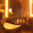 キレイで清潔感溢れるお手洗いは男女別々です。女性用トイレにはアメニティも充実で、メイク直し時に最適な女優ライトも完備♪