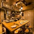 【ビッグテーブル】オープンキッチンでシェフが調理する様子を見られる、ライブ感満載のハイカウンタースタイルのテーブル席です。