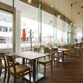 ◆テーブル◆入口を入って左手のフロア。テーブル席は16席ございますので、宴会のご利用にもおすすめ。他のお席と隔てた空間ですのでごゆっくりお食事をお楽しみ頂けます。【横浜/みなとみらい/イタリアン/ワイン/ピザ/パスタ/夜景/貸切/パーティー/誕生日/デート/個室】