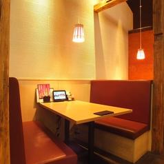 4名~6名のテーブル席。ゆったりとお過ごしいただけるソファー席は隠れた人気席です。和の温もり感じる落ち着いた店内を見渡しながら美味しいお料理と良く合うお酒をじっくりお楽しみいただけるお席です。飲み会やデートにもおすすめのお気軽席です。ご利用ください(横浜/居酒屋/個室/宴会/歓迎会/飲み放題)