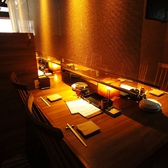 2階のテーブルは、最大26名様までご着席頂けるサイズの大きなテーブルを、差し込み式の壁で2名様ごとのお席に区切らせて頂いております。もちろん、ご利用人数に応じて壁を取り外すことができますので、お気軽にご相談下さい。