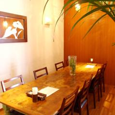 女子会やパーティーにぴったりな大テーブル。お得なパーティーコースは3000円からご用意!