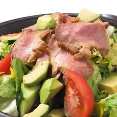 料理メニュー写真合鴨とアボカドのサラダ