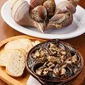 料理メニュー写真アツアツ!ツブ貝とキノコ 肝バター焼き