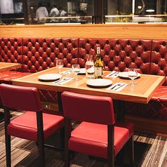 メインダイニングルームのテーブル席。キッチンも見える広い空間で、上質な料理やお酒をご堪能いただけます。