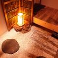 靴を脱いでおあがりください。ヒノキのいい香りに包まれた完全個室です。