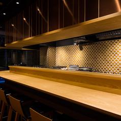 【カウンター席/1~8名様】通の楽しみ方ができるカウンター席は、京都デートやお一人様でのお食事に最適。モダンで落ち着きのある雰囲気の店内で、職人の技に酔いしれる楽しさも魅力。本日のおすすめやこだわりの日本酒などご相談いただければ、お客様の好みに合わせたものをご提供させていだきます。