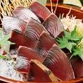 名物!!カツオの藁焼きは、炎で一気に焼き上げ旨味を凝縮し、口に含むと藁の燻製香が広がります。