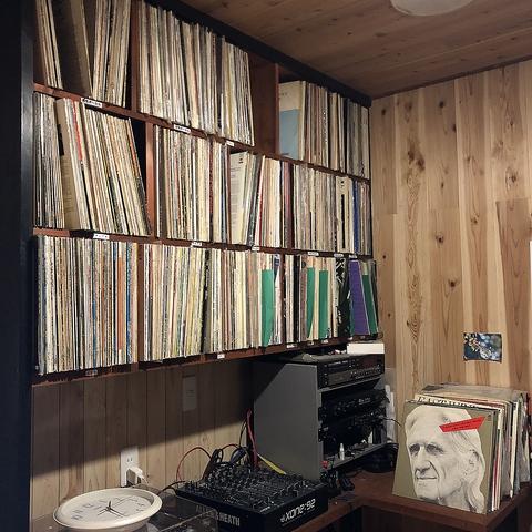 店主が収集し続けた100種類超のレコードを聴きながら、ゆったりとお過ごし下さい♪