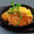 料理メニュー写真おこげご飯のオムライスとこだわり桜姫鶏ステーキ