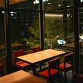 武蔵小杉の街並みを見下ろせる一面ガラス張りの席。10名~36名様まで。