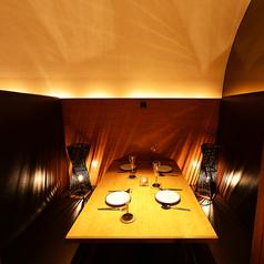 少人数様のでご利用いただける個室は多数ございます。エントランスを揺らめく照明はよりいっそう幻想的な空間に♪